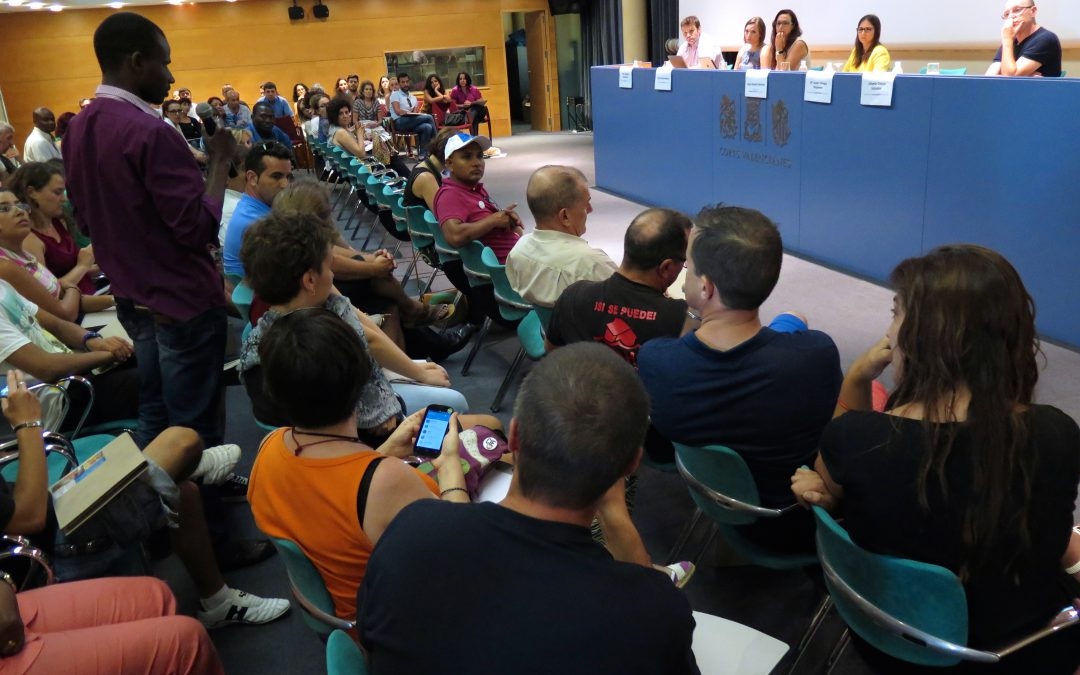 Por primera vez personas en riesgo de exclusión debaten sobre pobreza con representantes políticos en Les Corts Valencianes